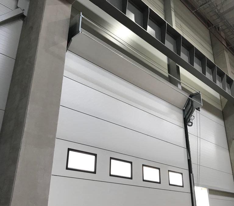 COMPACT – aluminiowe bramy segmentowe, składane w nadprożu